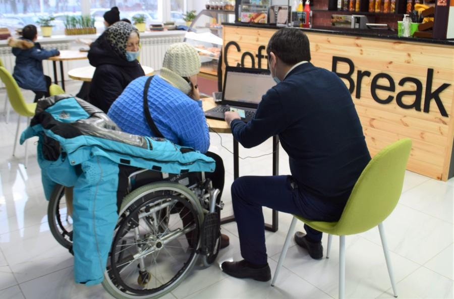 Лицам с ограниченными возможностями помогают получать госуслуги онлайн